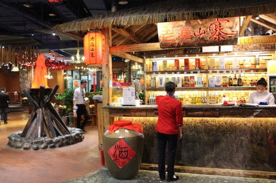 云南老滇山寨特色风情展示节开幕 品民族美味赏民族风情