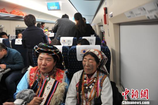 云南25个世居少数民族群众体验高铁