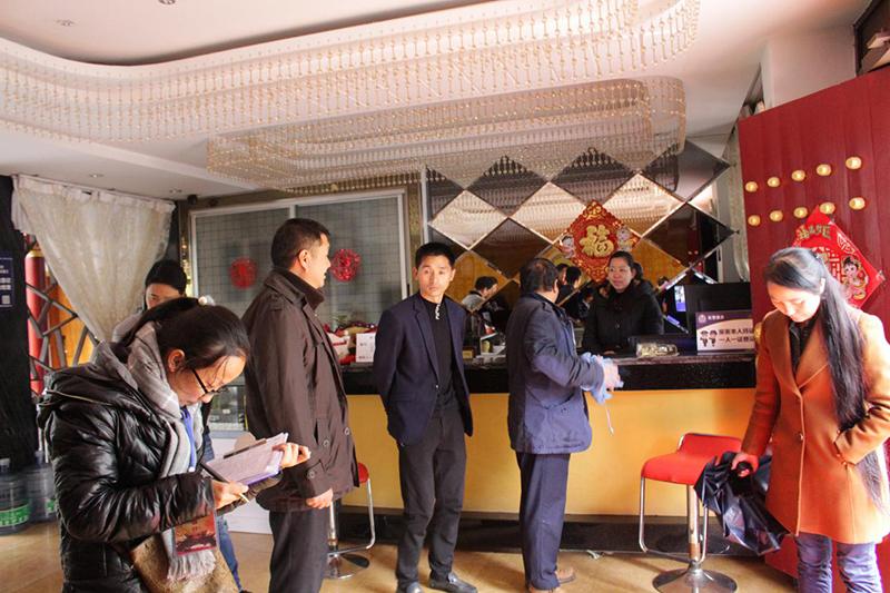 彝人古镇社区对民族团结进步示范户进行年度考核