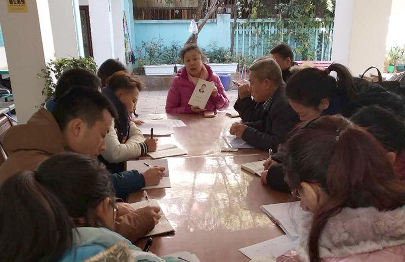 东华路社区组织党员学习《习近平谈治国理政》