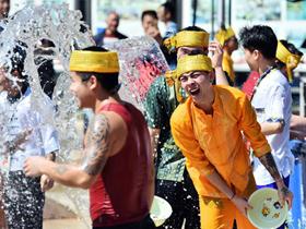 """昆明鼓楼街道举办""""民族团结促和谐 泼水联欢共进步""""活动"""