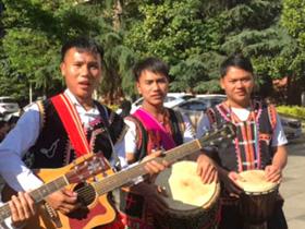 在昆拉祜族同胞欢度葫芦节