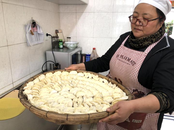 昆明市东华路社区:冬至福来饺飘香