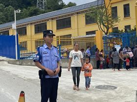 警力护卫,泽福社区幼儿园小朋友们有福气