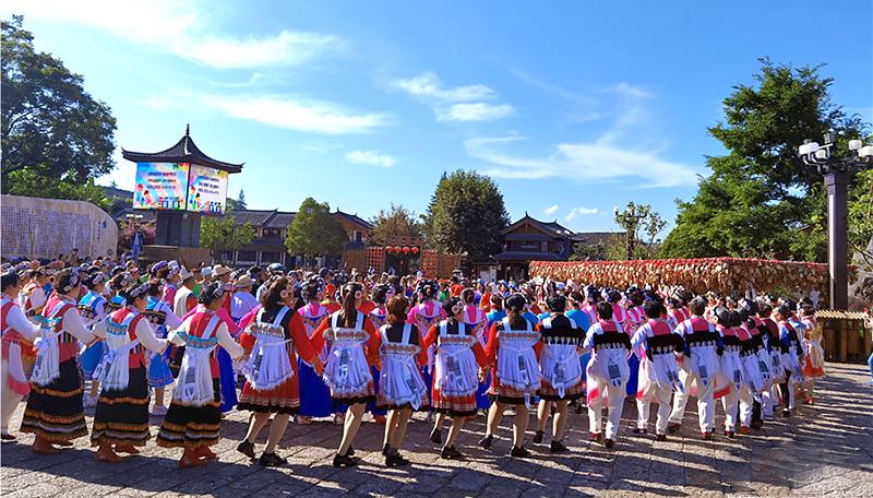 """丽江:各族群众携手共绘民族团结进步""""同心圆"""""""