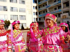 """曲靖市:彝族歌舞《确比舞》""""搬""""进校园"""