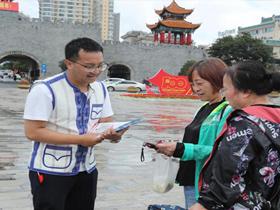 曲靖市麒麟区举办铸牢中华民族共同体意识签名暨广场宣传活动